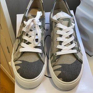 NEVER WORN SIZE 7.5 camo Steve Madden sneakers